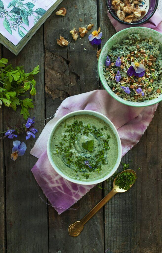Salsa verde que acompañamos con ensalada de quinoa y semillas