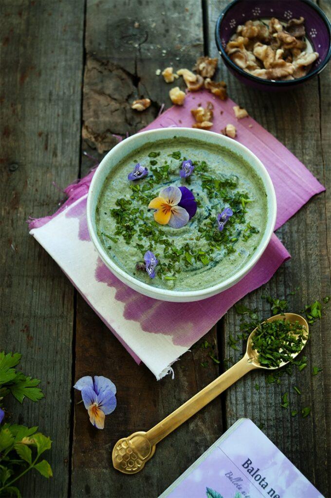 Salsa verde muy nutritiva con perejil y nueces