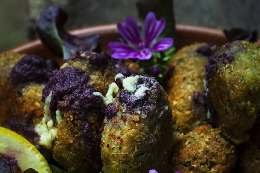 Falafel con salsa lila